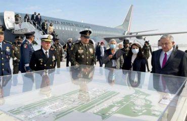 """El presidente Andrés Manuel López Obrador (AMLO) inauguro este miércoles """"la primera etapa"""" del Aeropuerto Felipe Ángeles y abordó un avión del Gobierno para dar un paseo por la pista."""